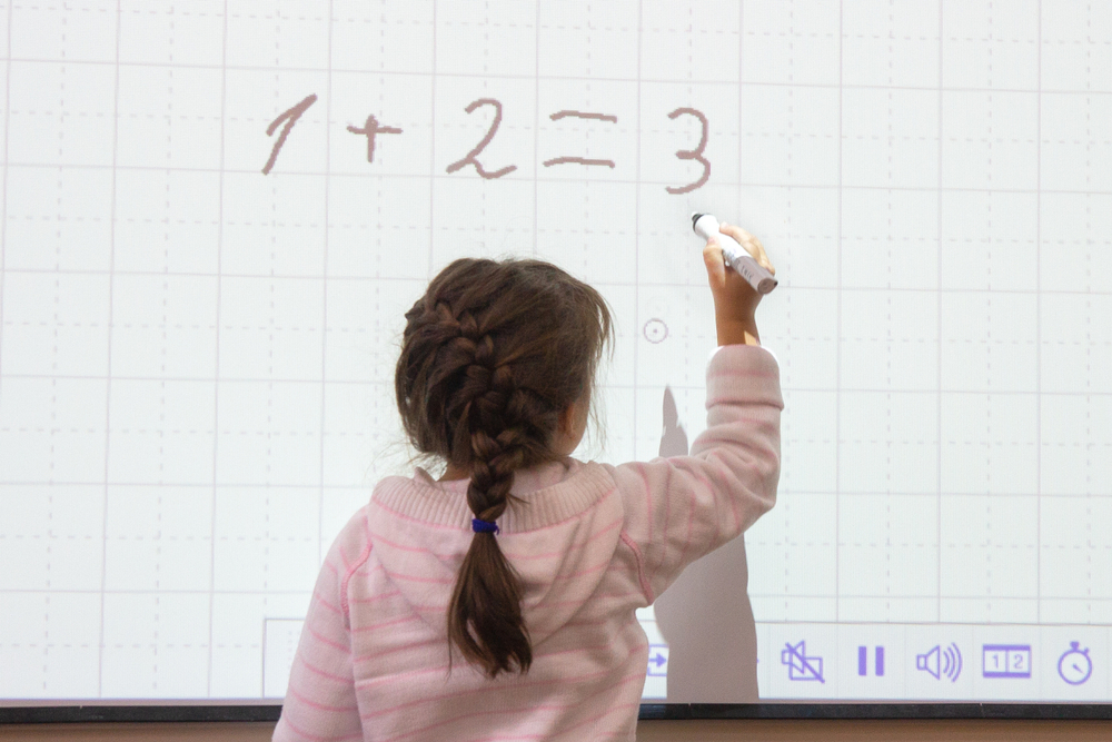 Interactive screens vs electronic whiteboards: Spot the difference